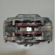 Pinça de freio direita aro 16 da Hilux 3.0 Diesel 2012/... Manual